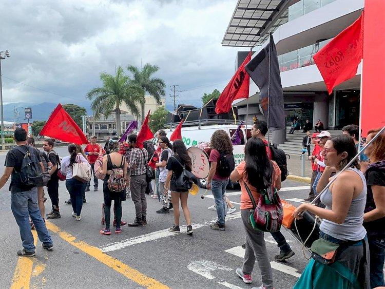 Manifestantes presentes el la Rotonda de La Hispanidad