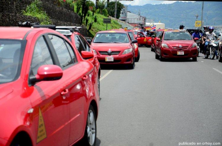 Taxistas anuncian nuevo movimiento.