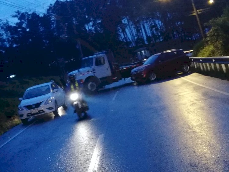 Accidente en el Fierro, causa retrasos en carretera.